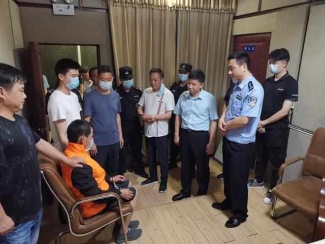 湖北男子杀妻藏尸床底,3个月后落网时正打牌,警方曾悬赏10万