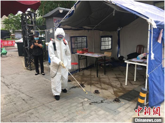 北京市大兴区对5月30日以来与新发地市场有亲切打仗的职员开展周全大排查。图为核酸检测点位举行情况消杀。北京市大兴区委宣传部供图