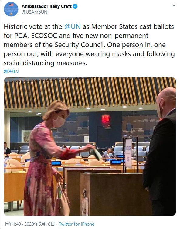 当天投票现场,各成员国外交官佩戴口罩投票 图自美国驻联合国大使推特