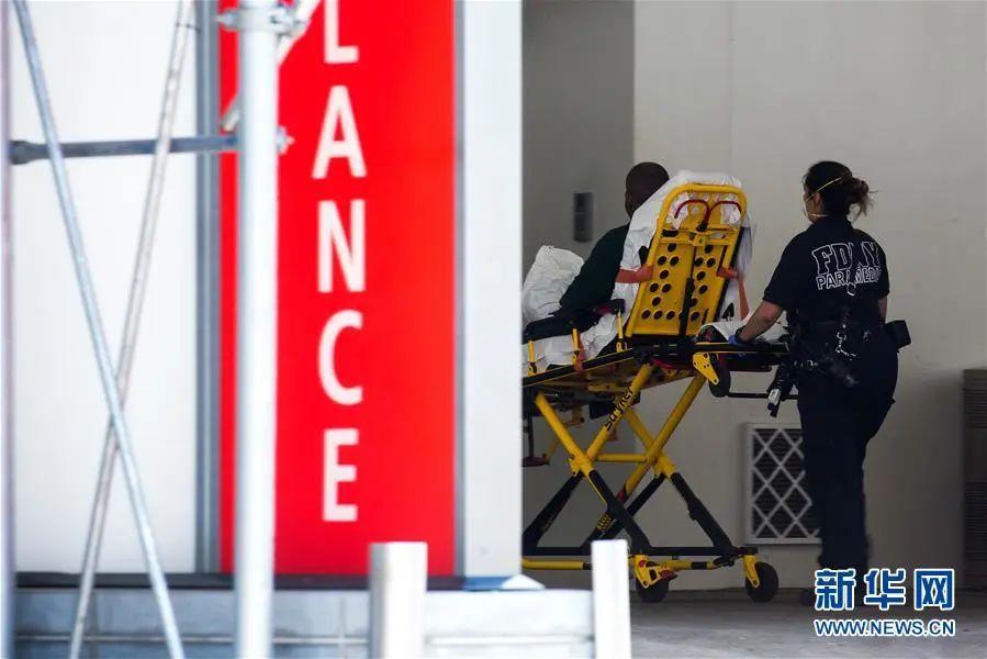 ▲资料图片:5月26日,在美国纽约,医护人员将一名患者送入急诊室。新华社发(郭克 摄)