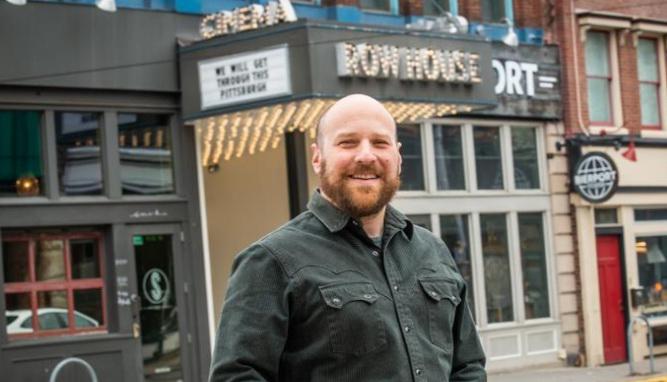 门德尔松在排屋电影院前。
