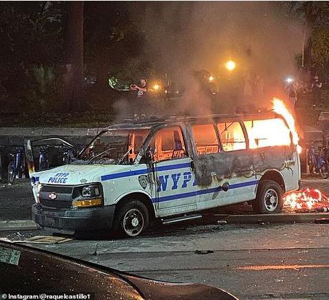▲29日晚,纽约布鲁克林区一辆警车被纵火(Instagram)