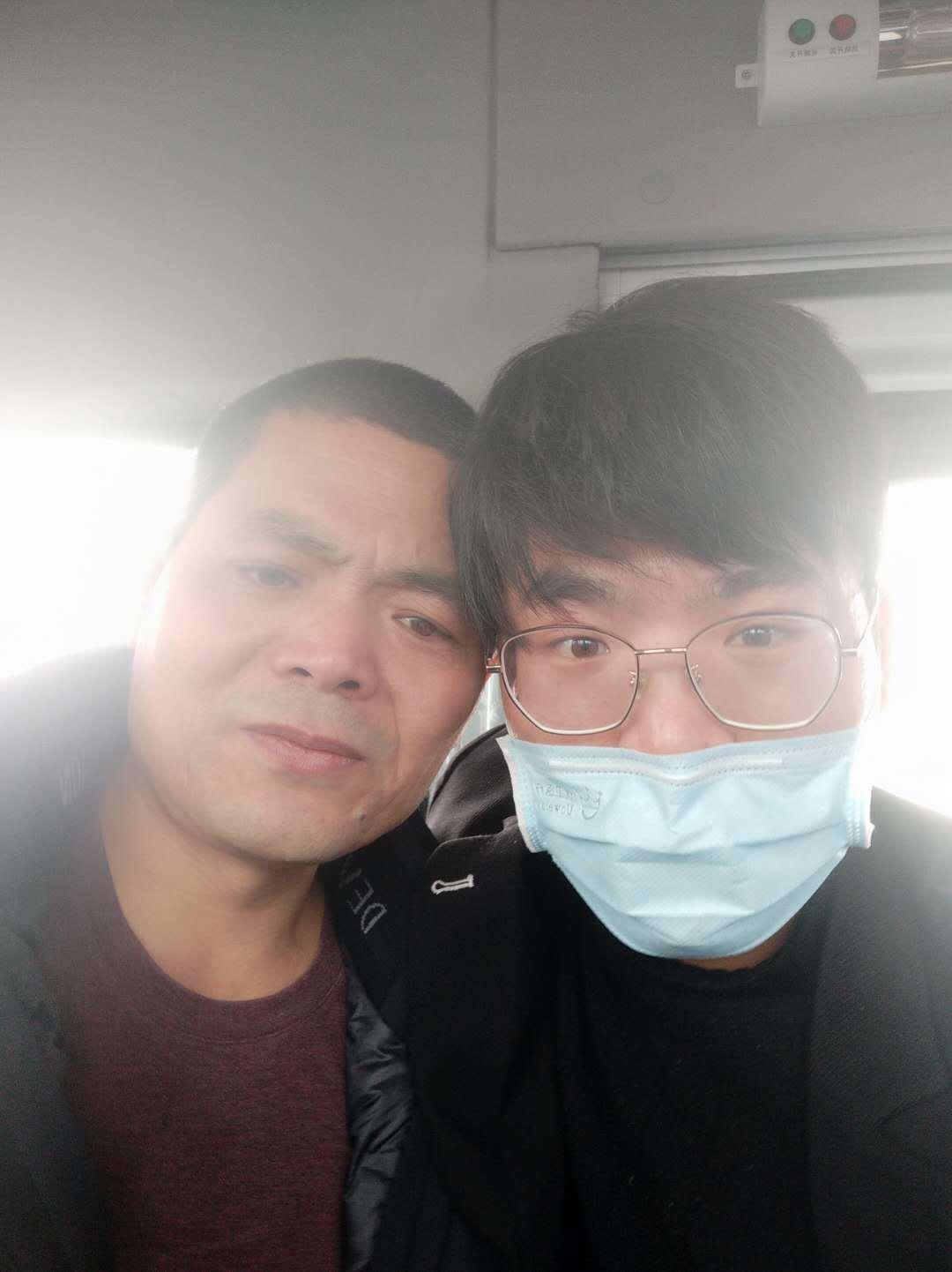 ▲吴春红出狱后,和儿子在车上拍了一张合影
