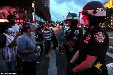 ▲29日晚,纽约布鲁克林区,抗议者与警察对峙(getty images)