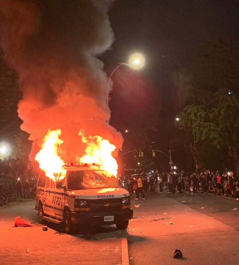 街头变战场!美国女子向警车扔汽油弹,车里有4名警察