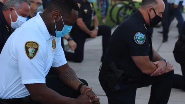 """美国警察集体向示威者""""屈膝致敬""""?"""