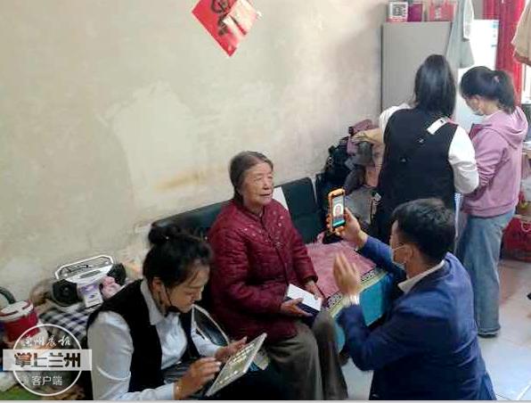 城关区虚拟养老院为城区A类老人免费发放智能手机