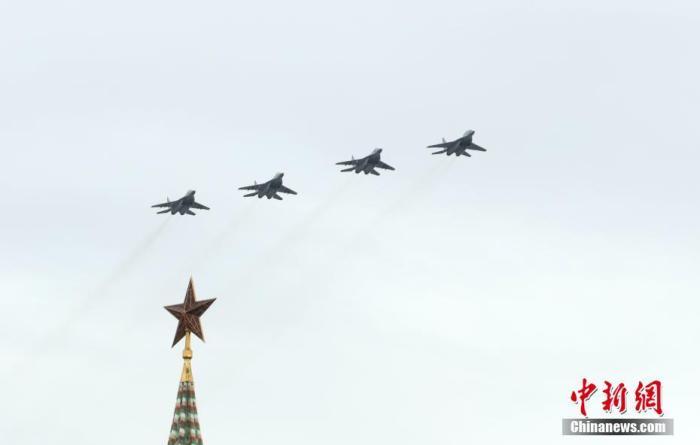 资料图:当地时间5月9日,莫斯科举行空中阅兵式,75架固定翼飞机和直升机参加。当日,俄罗斯多地举行空中阅兵式,庆祝卫国战争胜利75周年。 中新社记者 王修君 摄