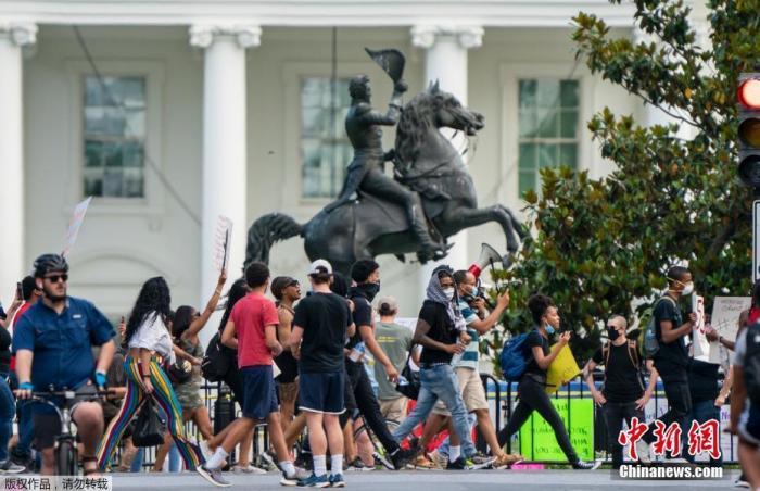 """当地时间5月30日,抗议者在美国华盛顿白宫附近举行示威活动。据报道,29日开始,白宫附近出现大批抗议人群,他们高喊""""举起手来,不要开枪。""""当晚,美国特勤局下令紧急封锁白宫。"""