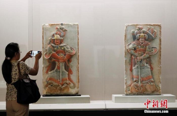 资料图:观众参观从美国追索的王处直墓浮雕石刻。 中新社记者 杜洋 摄
