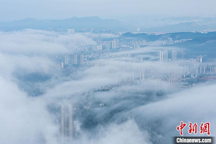 """梧州城若隐若现,""""仙气""""十足。 何华文 摄"""