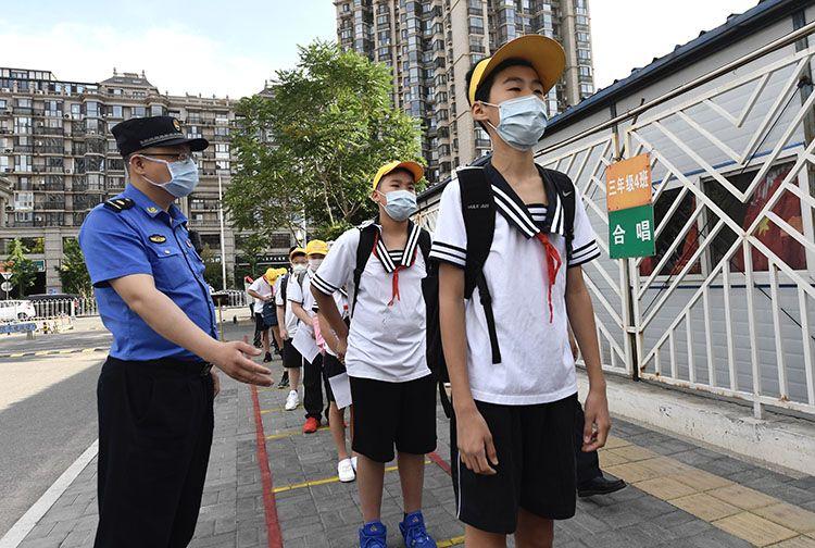 「高德平台」劲松行政执法队助力学生返校高德平台图片
