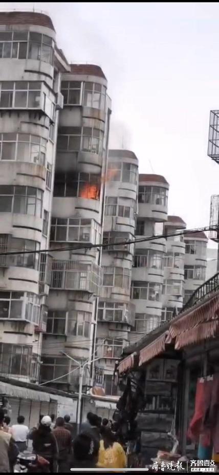 泰安奈河小区一居民楼起火,明火蹿出阳台