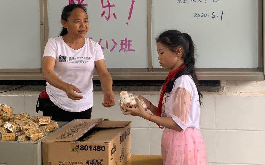 在这所开办了百年的村小 每个儿童节都是学生的加餐日图片