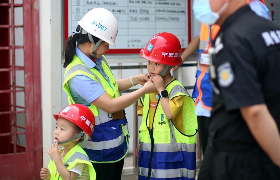建筑工地上的别样儿童节
