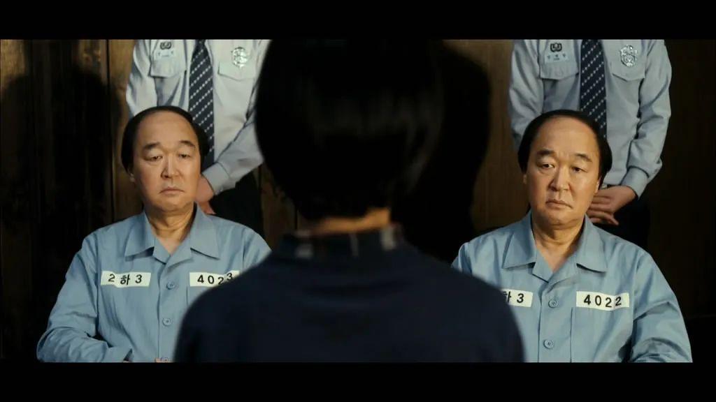 韩国电影《熔炉》中,对学生实施性侵犯的校长。