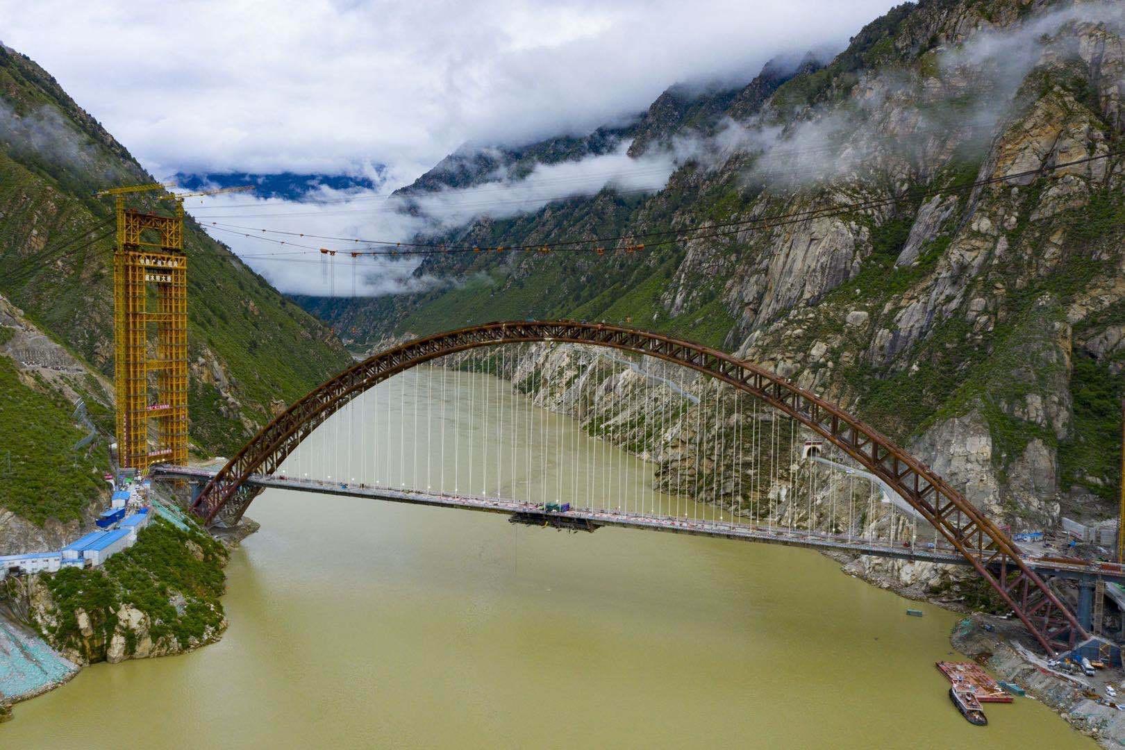 藏木雅鲁藏布江双线特大桥鸟瞰。人民日报记者徐驭尧摄