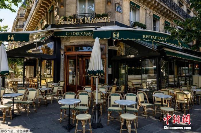 图为当地时间6月1日,巴黎咖啡馆准备重新开业。