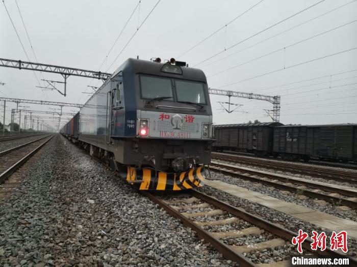 中欧班列(武汉)从武汉吴家山车站发出。 王遥遥 摄