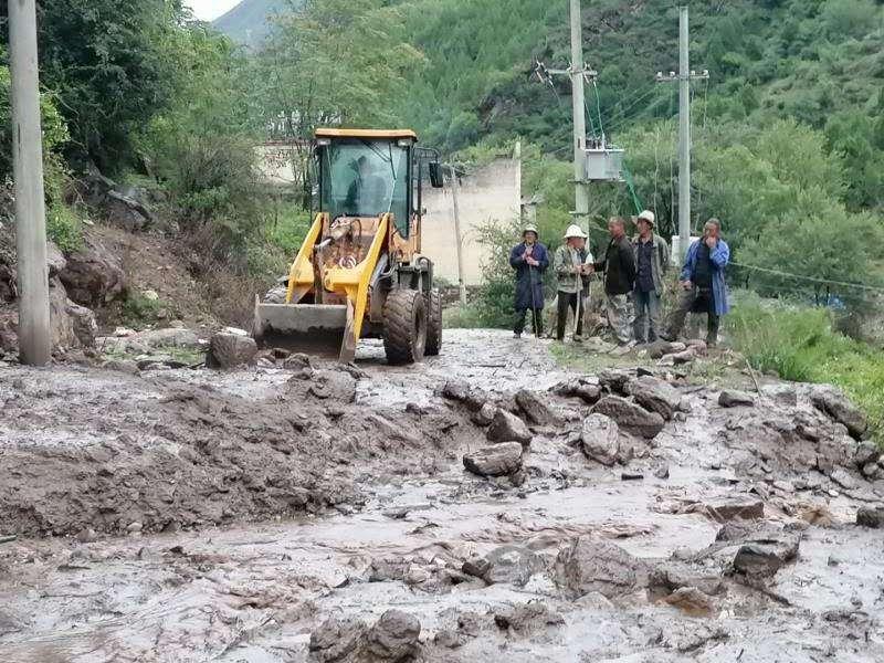 泥石流来临村支书带全村逃命:保不了财产 要保你们命图片