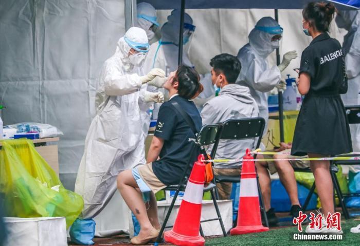 6月17日,北京新发地市场相干重点地区和重点人群的应检职员在丰台区方庄体育公园担当新冠肺炎病毒核酸检测。 中新社记者 贾天勇 摄