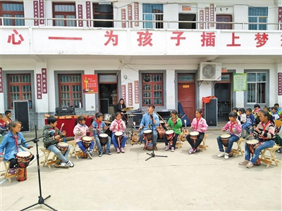 山老师带学生玩摇滚使孩子更加自信|贵州