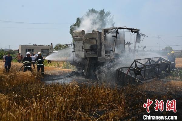 山西省介休市一正在作业的收割机突发自燃,被烧报废。 张在芳 摄