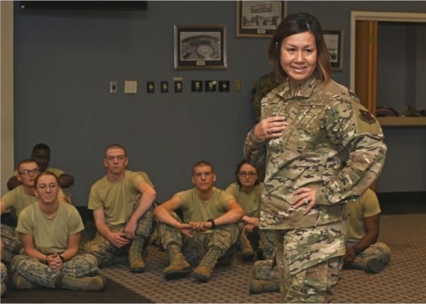 巴斯(站立者)在与美空军士兵进行交流(美国空军网站)