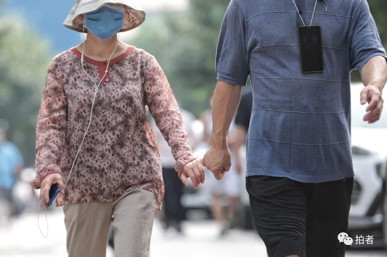 △6月20日,手拉手在小區散步的夫妻。