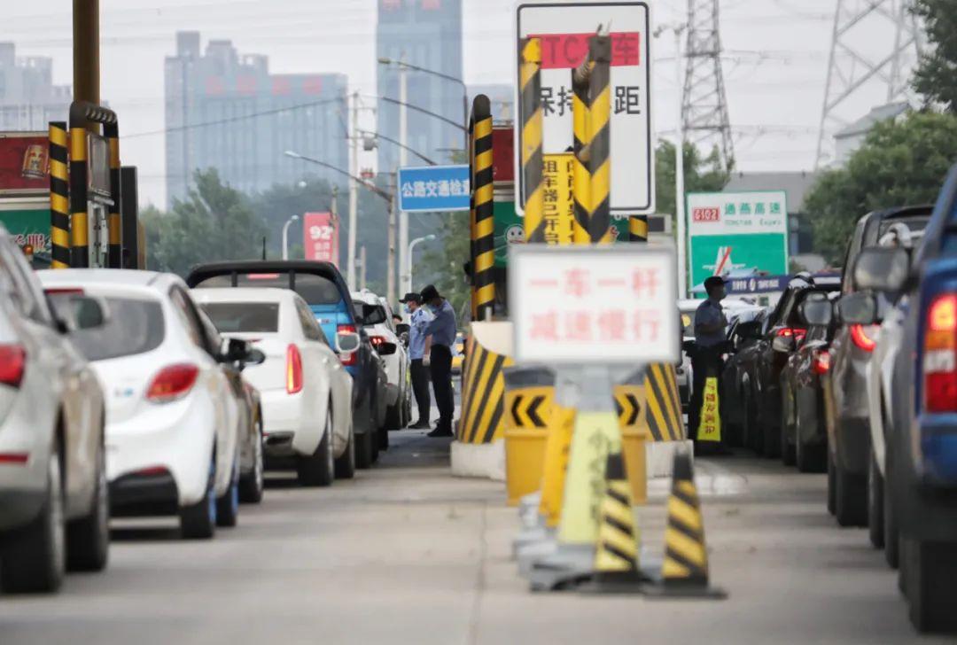 通燕高速白庙收费站,检查站民警正在逐车口头告知乘客通行新要求。新京报记者 王贵彬 摄