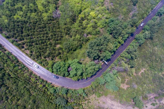 这是6月18日拍摄的位于太原市万柏林区王封乡境内的西山旅游公路(无人机照片)