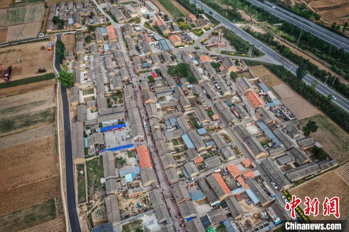 航拍展示岢岚县易地搬迁成果。 韦亮 摄
