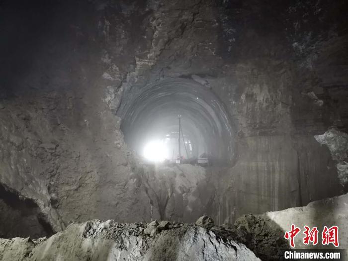 天富:复线峨米段首座10公里以上特长天富隧道贯通图片