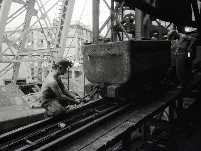 """""""军舰岛""""上一名15岁的劳工 (资料图)"""