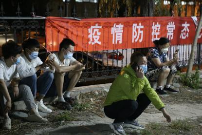 检测步队之外,一些住民选择在四周熬夜等着叫号。《中国谋划报》记者郝成摄