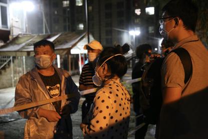 18日晚,面临不停赶来扣问的住民,社区方面也无法回覆,什么时刻检测试剂盒会到。《中国谋划报》记者郝成摄