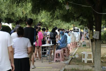 科二社区的监测点位于小学困场,沿街列队最长时近一公里。《中国谋划报》记者郝成摄