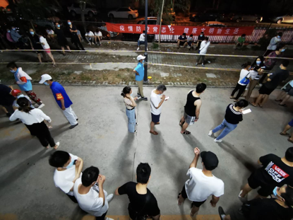 20日破晓1点,列队守候检测的住民们。《中国谋划报》记者郝成摄