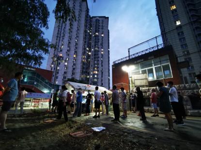 摩天平台:记者亲历北摩天平台京社区核酸图片