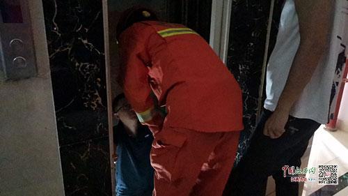 大余县两人被困电梯 物管售后消防接力救