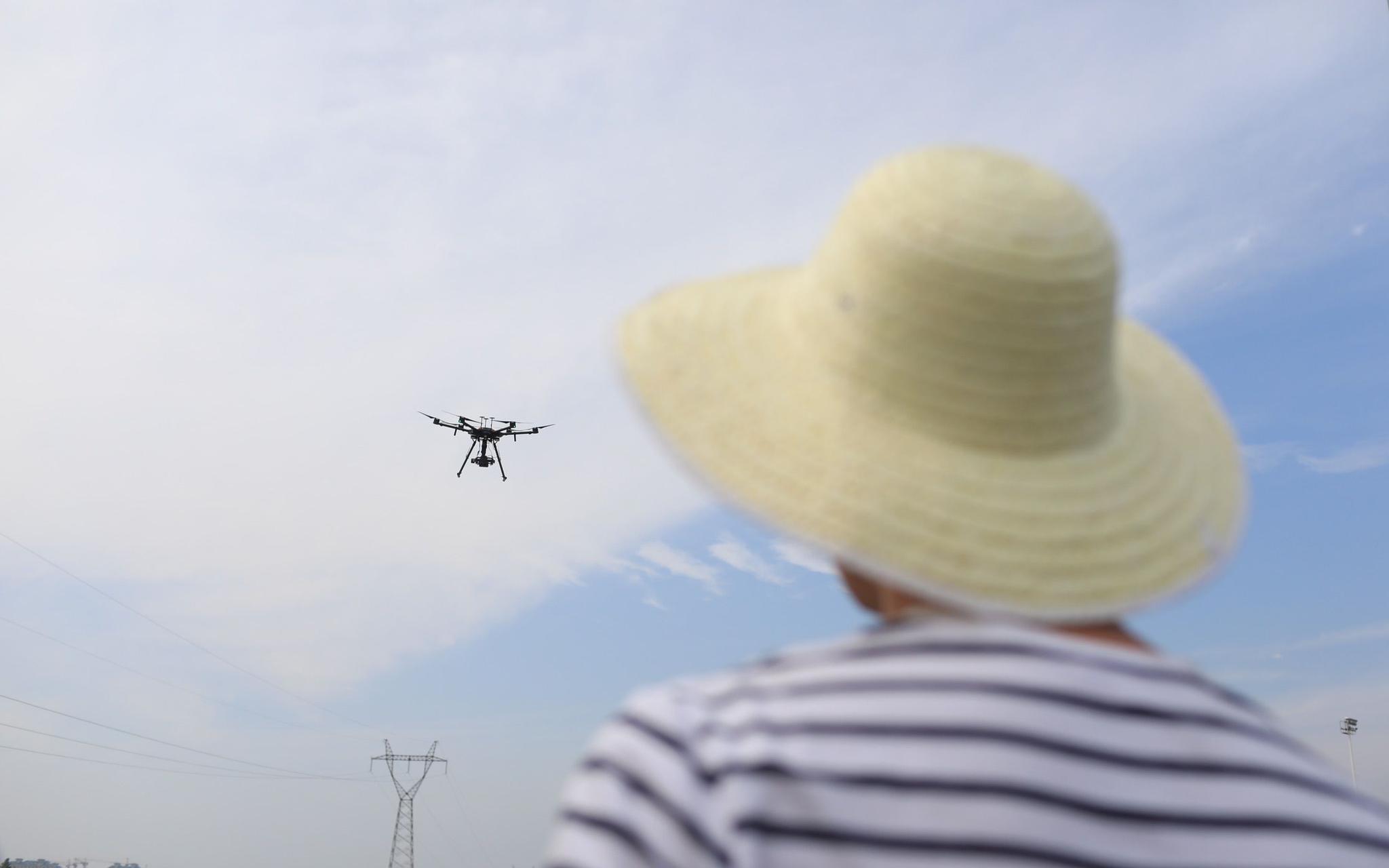 2019年6月24日,渤海启动史上最大规模的拉网式大排查。唐山攻坚组排查人员正在操控无人机。新京报记者 浦峰 摄