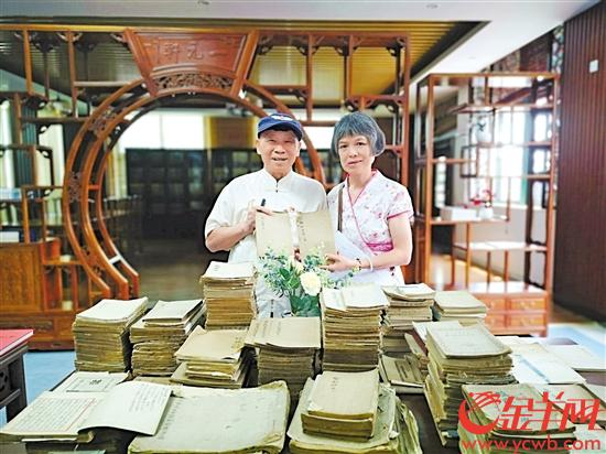 西关老伯陈杰禹和妻子展示捐赠的书籍