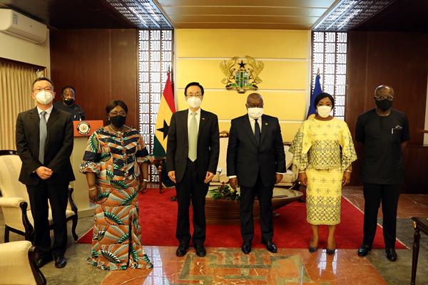 6月23日,王世廷大使告别拜会加纳总统阿库福-阿多。中国驻加纳大使馆官网 图