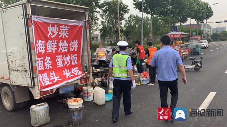 """向占道经营、占用公共停车位说""""不"""" 胶州交警联合执法部门开展整治行动"""