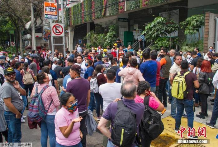 当地时间6月23日,在墨西哥瓦哈卡州,民众在室外避险。
