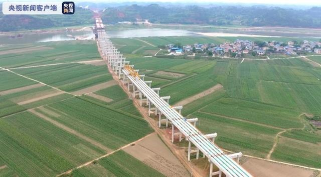 合安高速涪江特大桥左幅中跨24日凌晨顺利合龙