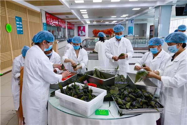 师生共话端午节西京学院给全校学生发粽子