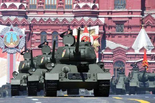 ▲俄罗斯24日在莫斯科红场举办怀念卫国战役胜利75周年阅兵。图为加入阅兵的T-34坦克。(路透社)
