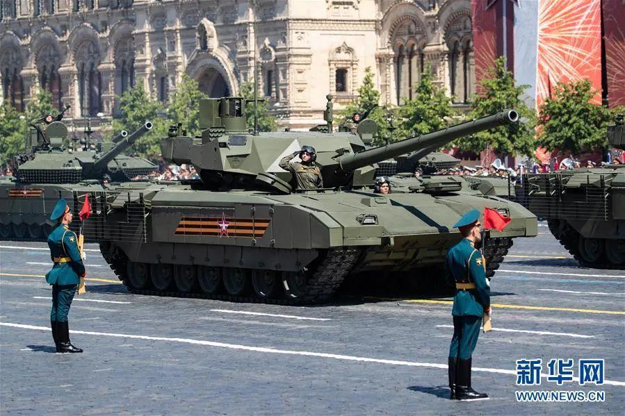 """▲6月24日,""""阿玛塔""""坦克加入在俄罗斯莫斯科红场举办的阅兵式。新华社记者 白雪骐 摄"""