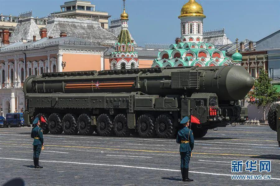 """▲6月24日,""""亚尔斯""""洲际弹道导弹体系加入在俄罗斯莫斯科红场举办的阅兵式。新华社发(叶甫盖尼·西尼岑 摄)"""